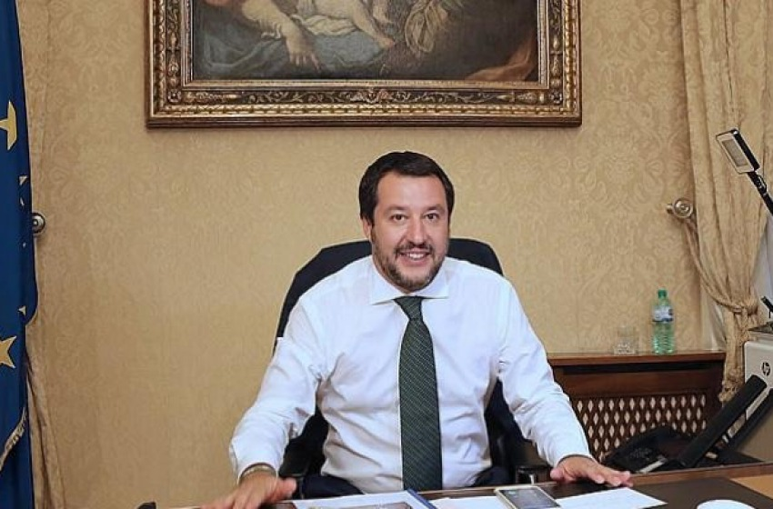 Anche i tifoni del Mediterraneo complottano contro Salvini