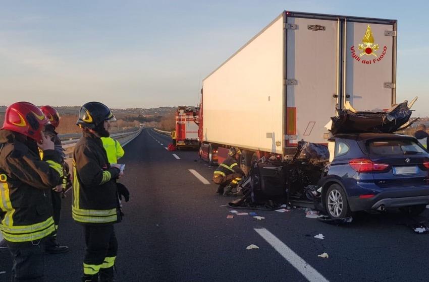 Sangue sulle autostrade d'Abruzzo. Automobilista finisce sotto un mezzo pesante