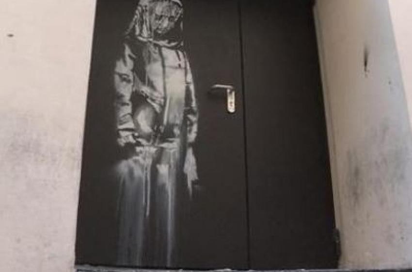 Clamoroso: ritovata nel teramano la porta del Bataclan griffata Banksy