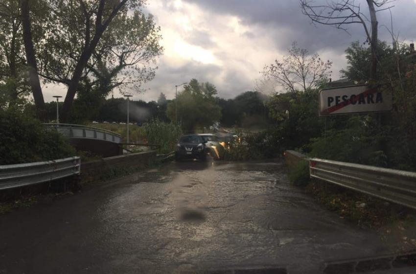 Bomba d' acqua con grandinata su Pescara: traffico, alberi caduti e allagamenti