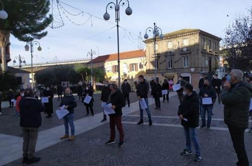 Dura protesta dei commercianti: chiedono di poter riaprire le serrande dei negozi