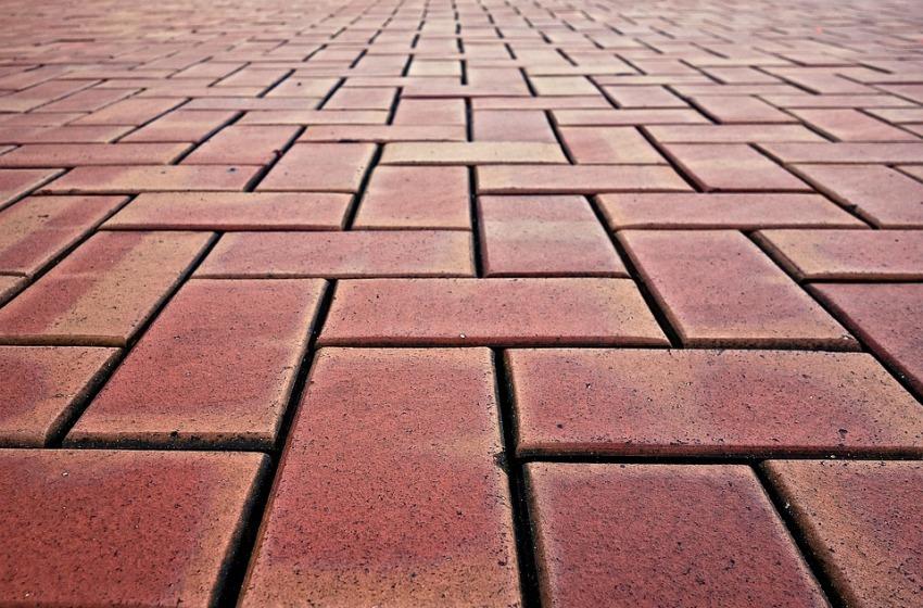 Tips per un pavimento da esterno in gres porcellanato pulito e duraturo