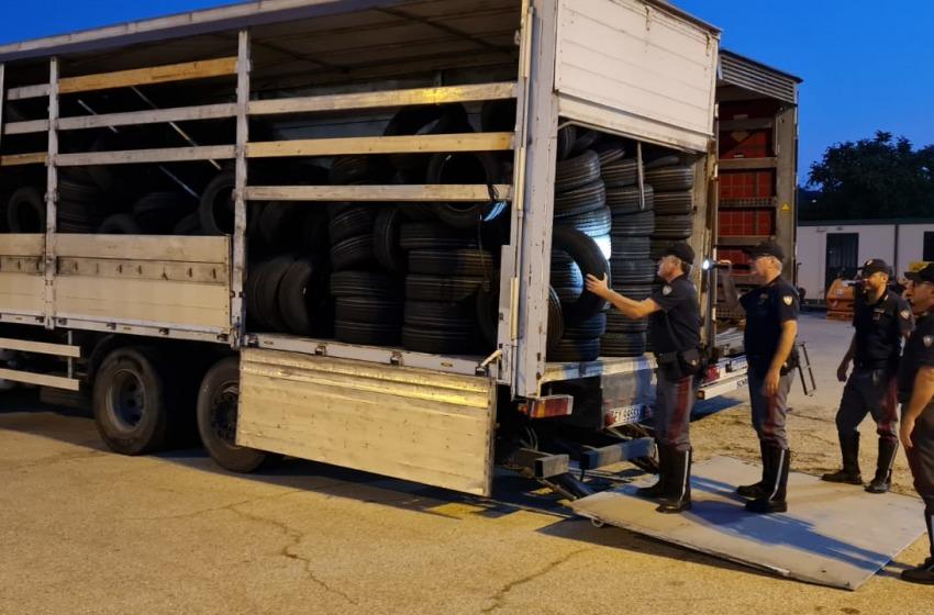 Rubano camion pieno di pneumatici. Inseguimento sull'A14