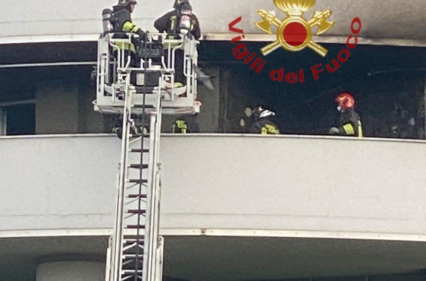 A fuoco il climatizzatore di un appartamento delle Torri Camuzzi