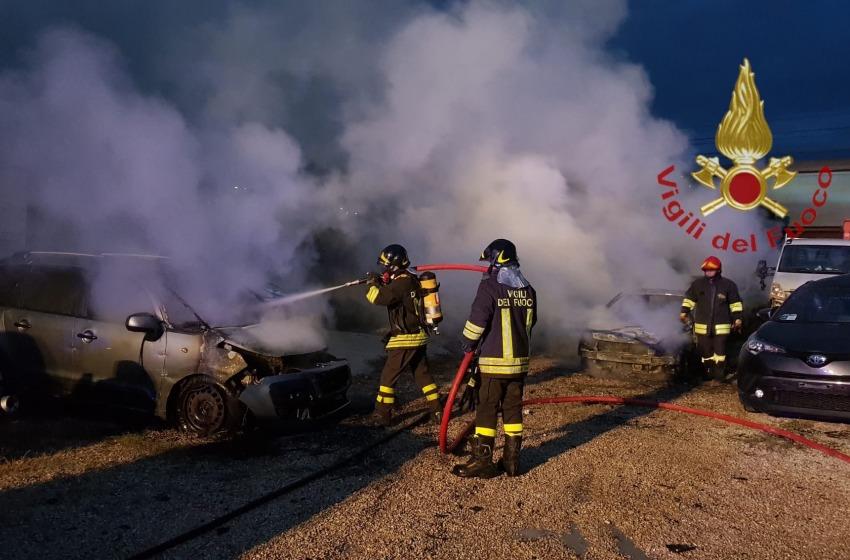 A fuoco deposito di autovetture in Via Verrotti. Per i Vigili c'è il dolo