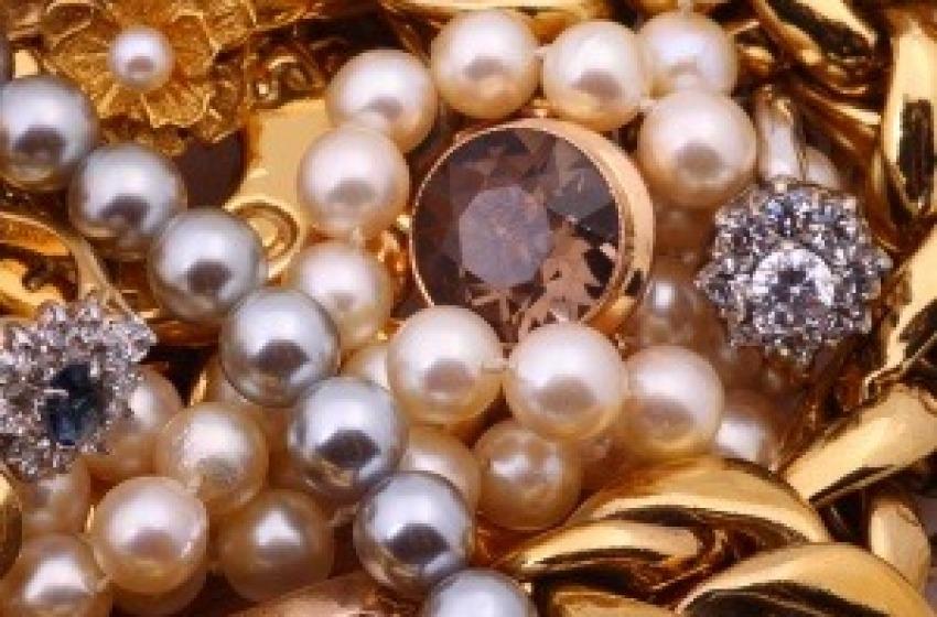 Rubati migliaia di gioielli