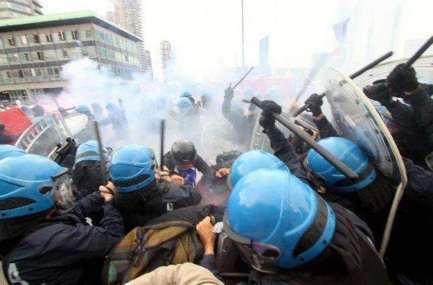 Tensione tra polizia e operai