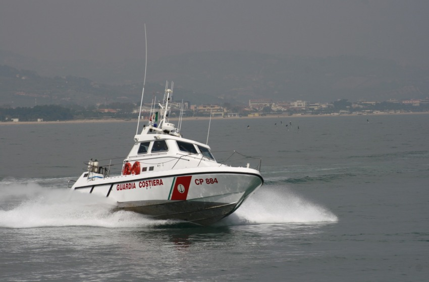 Peschereccio affonda, salvo l'equipaggio