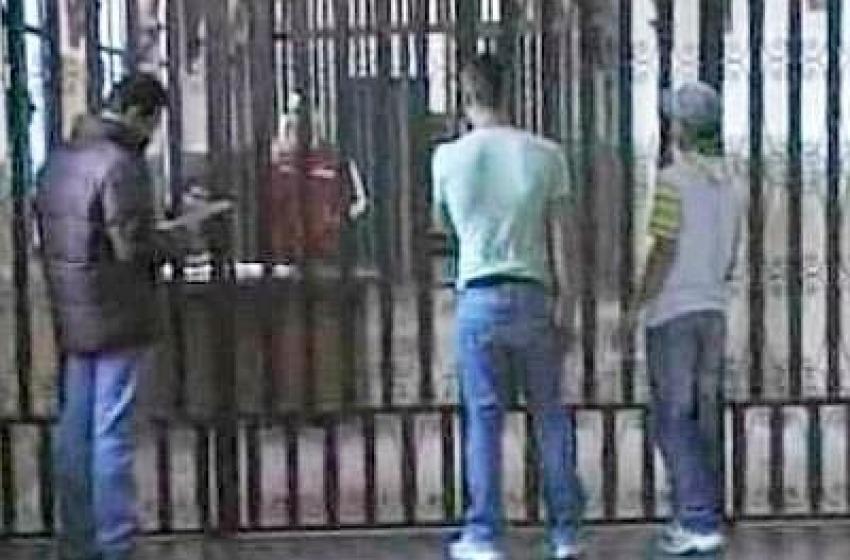 Minore violento finisce in cella. Picchiò e rapinò donna