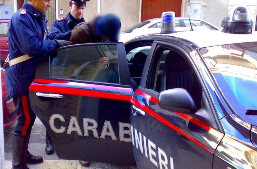 Pusher scappa al posto di blocco. Preso dai Carabinieri