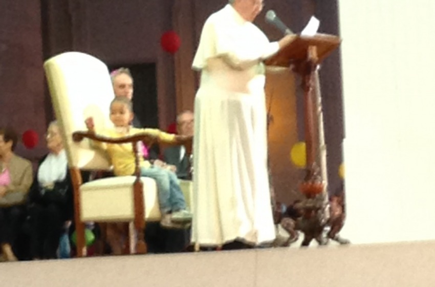 """Bimbo """"monello"""" si siede sul trono di Papa Francesco"""