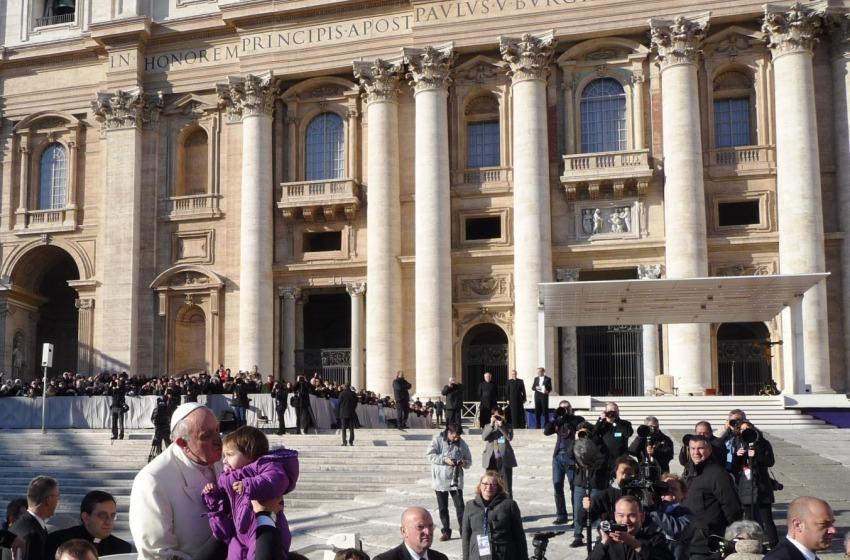 Papa Francesco abbraccia le famiglie della Finanza