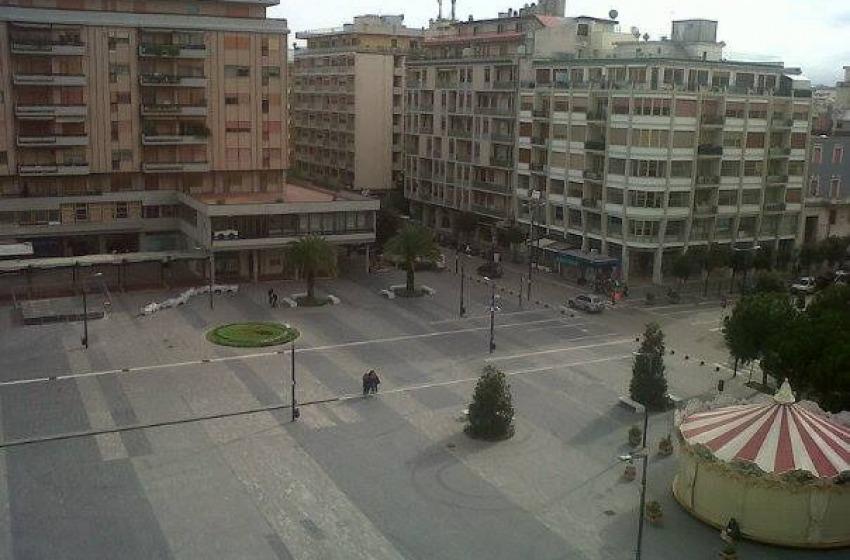 """Piazza Salotto, una colata di cemento """"senza anima"""" con la giostra vintage"""
