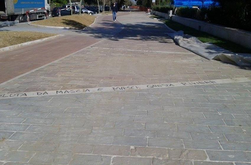 Riviera Nord. Scritte contro il sindaco Mascia e l'assessore Masci