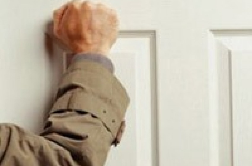 Pensionato stalker tormenta collaboratrice domestica per un furto