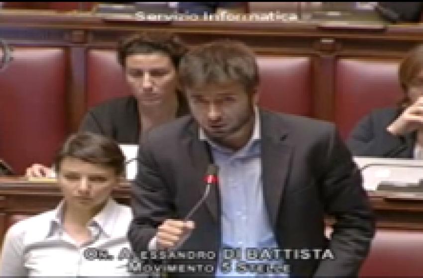 """Alessandro Di Battista (M5S) in Piazza Martiri per la """"sfida"""" teramana"""