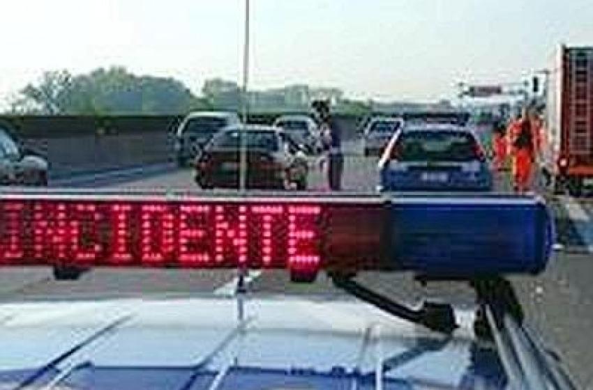 Poliziotto centauro muore sull'A25. Ferita anche la moglie