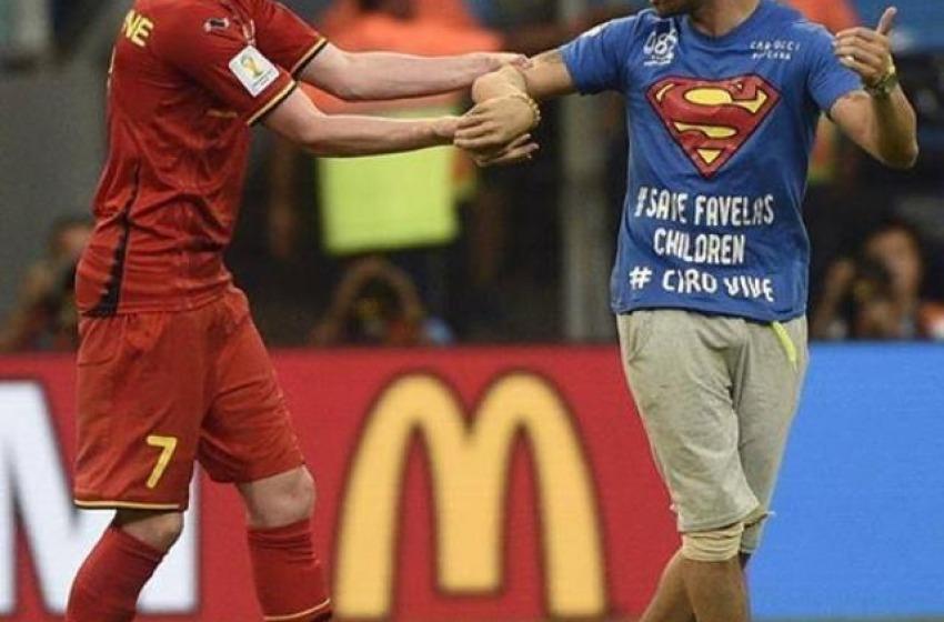 """Mario Ferri detto """"Il Falco"""" invade durante la gara Belgio-Usa"""