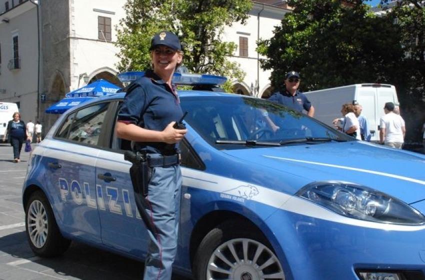 Polo, berretto e visiera: nuovo look per la Polizia di Stato