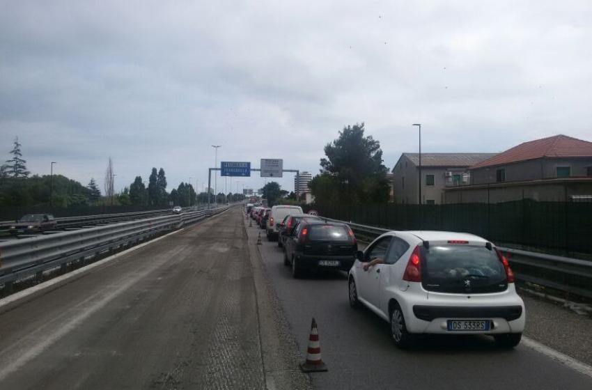 Automobilisti inferociti bloccati sull'Asse Attrezzato